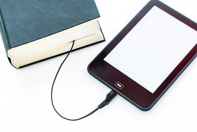 czytnik ebooków z tradycyjną książką